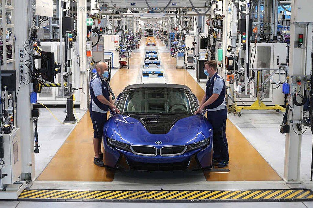 最後一輛在德國萊比錫廠下線的BMW i8,採用Portimao Blue車色且據...
