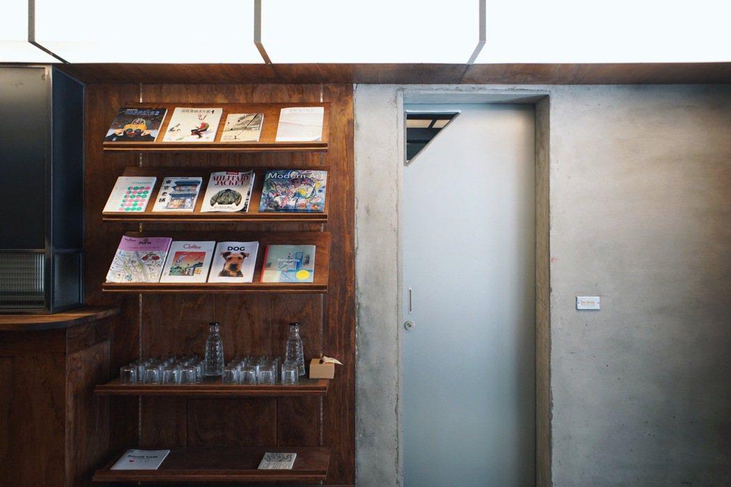 連接到空間後方的灰泥主色調,洗手間的門採用金屬色,試圖呈現主理人張育齊喜愛的二次...