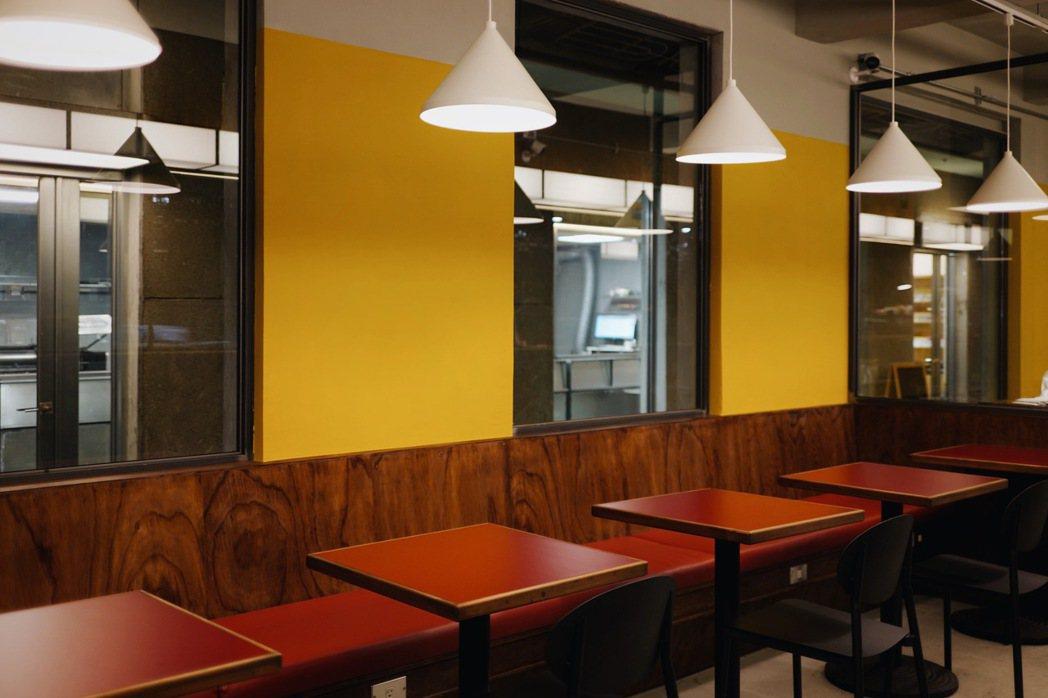 紅色沙發和咖啡桌,有些台日融合的味道。牆面的黃,靈感來自撞球九號球,外帶杯也採用...