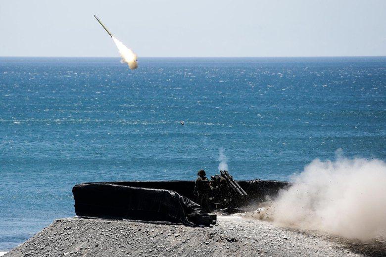 海軍陸戰隊進行刺針飛彈射擊。 圖/軍聞社