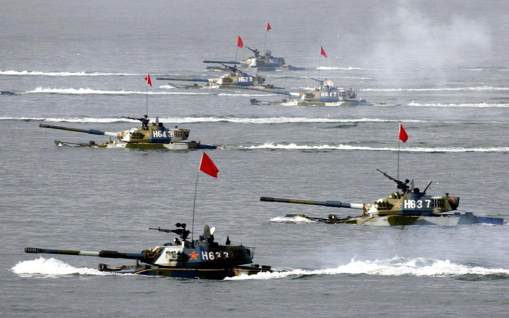 泛水前進的共軍05式兩棲突擊車。 圖/解放軍檔案照