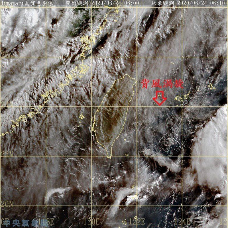 卷雲下方,隱約還是可以看到背風渦旋,低層大氣還是相對穩定。圖/取自鄭明典臉書