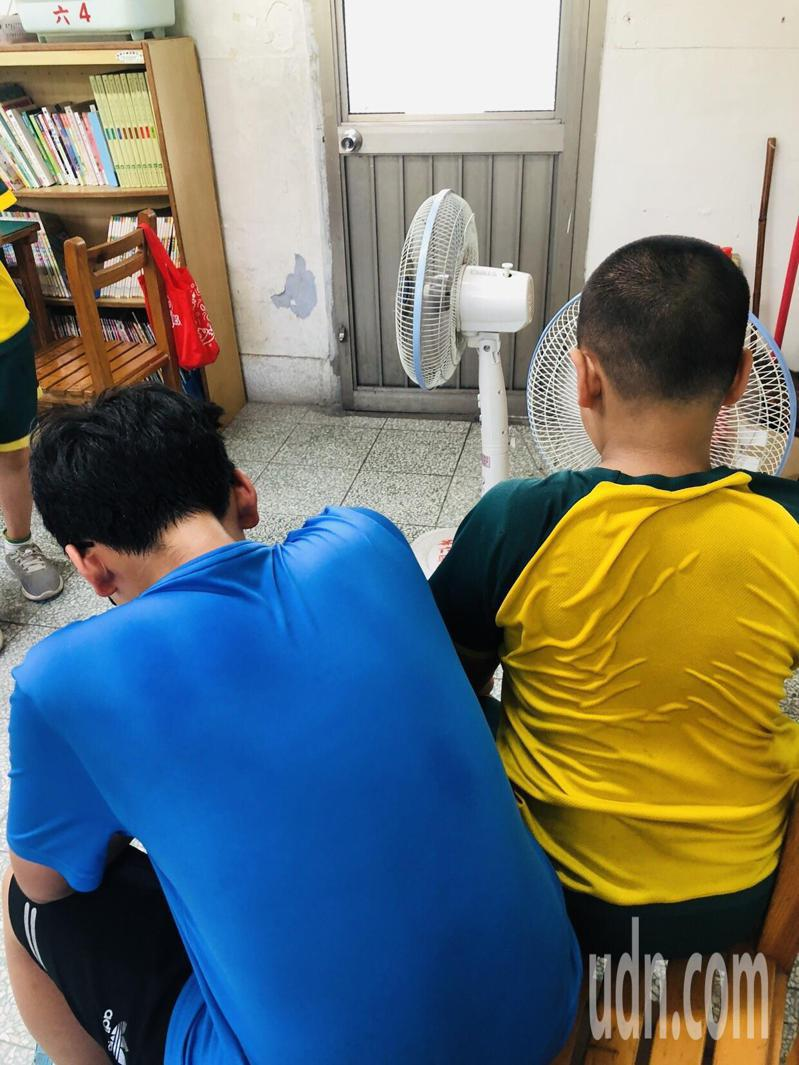 天氣炎熱,學生最需要的涼爽的讀書環境。記者鄭惠仁/攝影