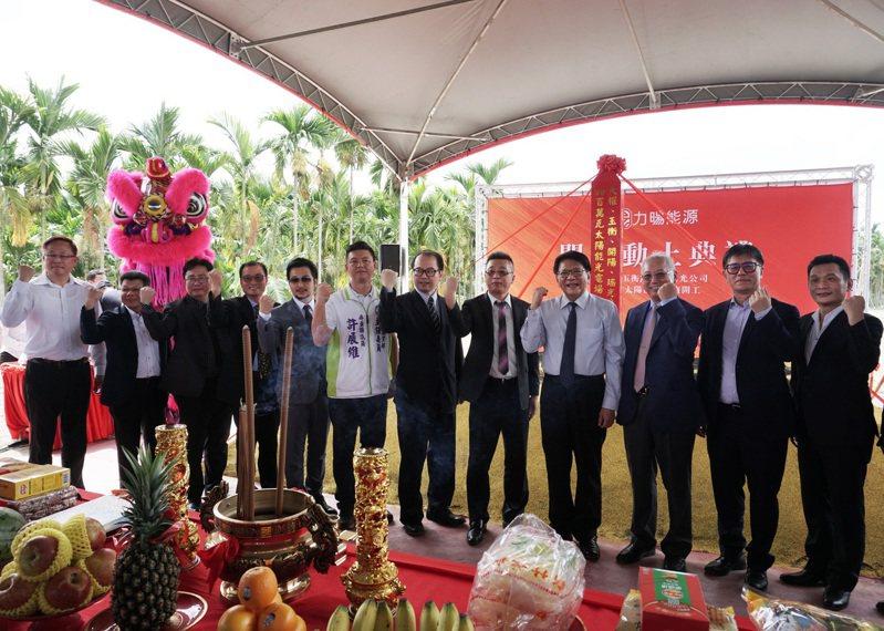 中租迪和與力暘能源策略合作,董事長黃志文(左五)與中租迪和總經理侯明欽(右三)於開工典禮合影。圖/中租提供