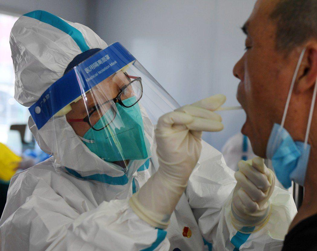 圖為北京通州日前為居民進行核酸檢測採樣。(新華社)