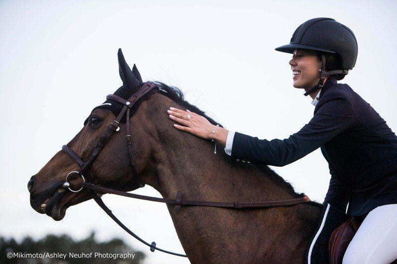 MIKIMOTO品牌大使Karen Polle與她的駿馬搭擋「With Wings」。圖/MIKIMOTO提供