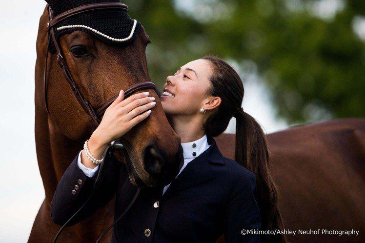 MIKIMOTO品牌大使Karen Polle與她的駿馬搭擋「With Wing...