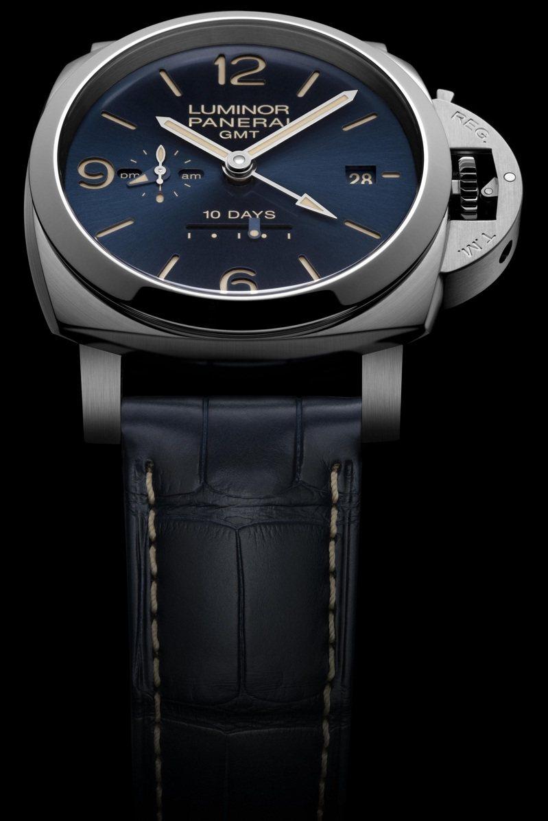 PANERAI,PAM00986腕表,精鋼,44毫米,時間顯示,兩地時間、動力儲存顯示,防水100米,價格店洽。圖 / PANERAI提供。