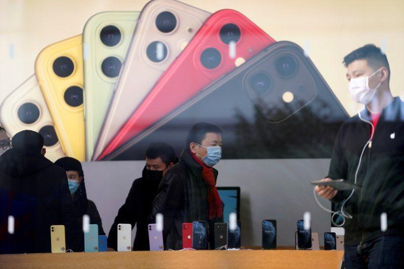 iPhone 5月在中國大陸的銷售降溫,但App商店消費額穩健增加。路透