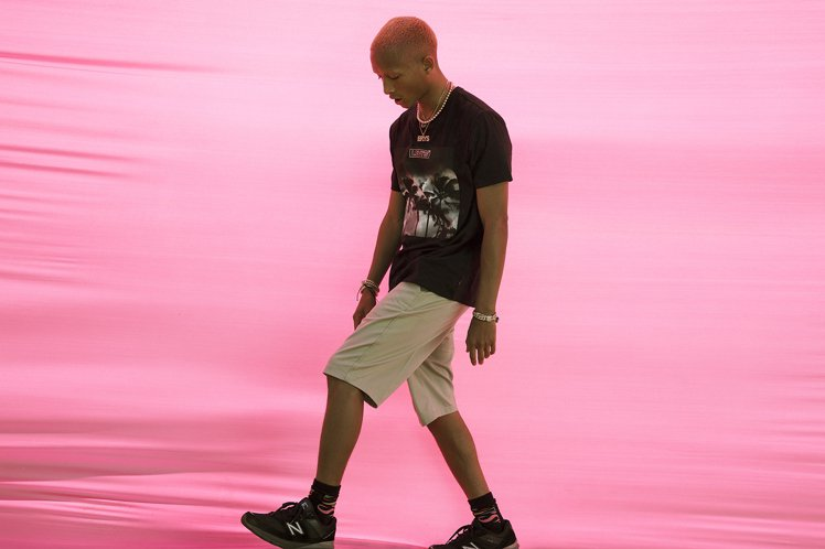 傑登利用LEVIS®棕櫚樹影的個性T恤結合卡其短褲,來展現他擅長的街頭潮流穿搭。...