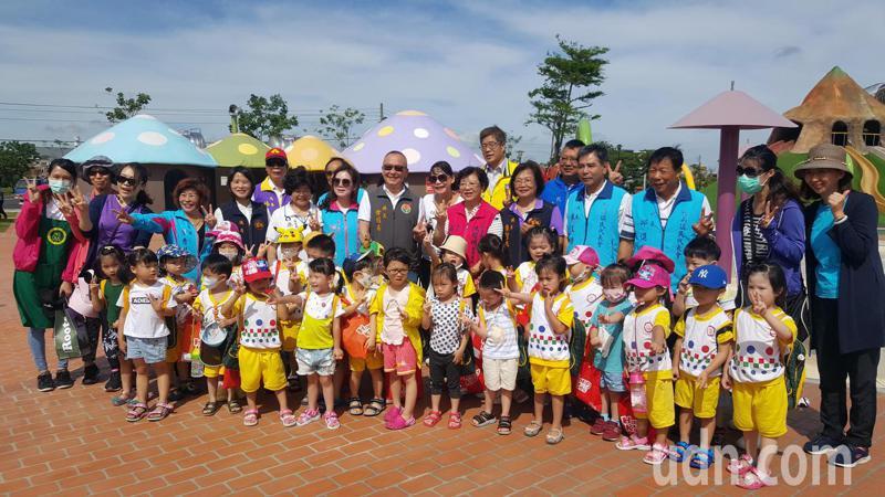 竹南獅山親子公園的戲水設施,縣府今天上午提前啟用,幼兒園小朋友上午到場體驗,在酷熱的天氣下,開心地享受清涼。記者胡蓬生/攝影