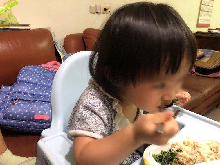2歲以上幼童應練習自行吃飯,以免影響口部功能發展。圖/南投醫院提供