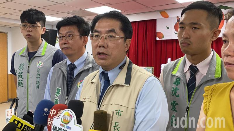 台南市長黃偉哲(中)表示,台南不一定會玩加碼梗,而是會玩「加值」梗,讓民眾到台南住宿、買東西都可以得到超值優惠和服務。記者鄭維真/攝影
