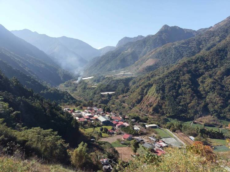 從八通關古道上俯瞰玉山國家公園轄區的布農部落。圖/東埔勝華溫泉大飯店提供