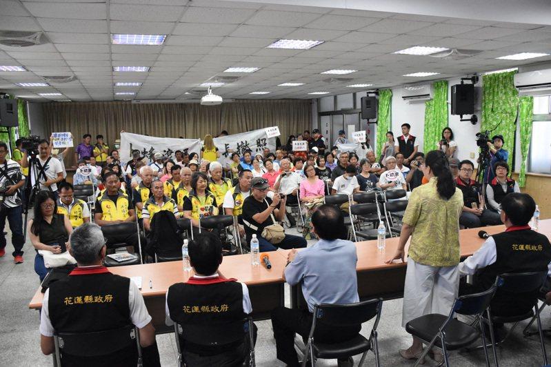 花蓮縣政府今天在鳳林鎮公所開說明會,反卜蜂自救聯盟成員手持布條、牌子抗議。記者王思慧/攝影