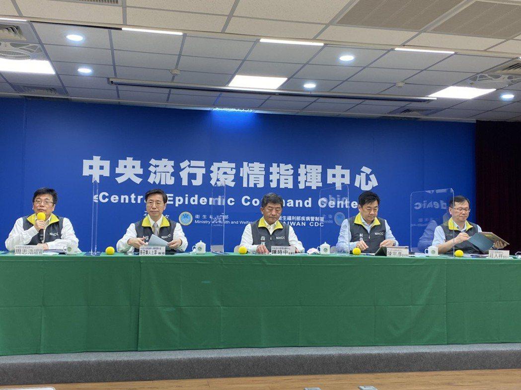 中央流行疫情指揮中心6月24日記者會公布,開放外籍人士放寬入境條件。記者簡浩正/...