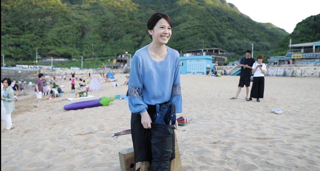 廖苡喬因為到海邊拍戲,一時興奮還帶來沙灘椅。圖/民視提供