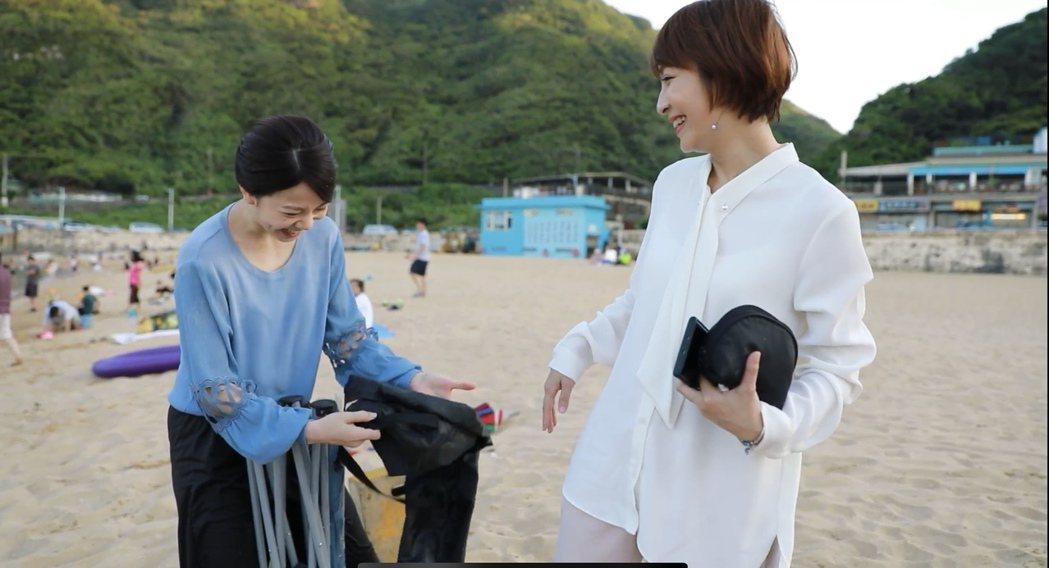 廖苡喬(左)帶來沙灘椅沒派上用場又收起,被李珞晴笑虧「扛椅來看戲」。圖/民視提供