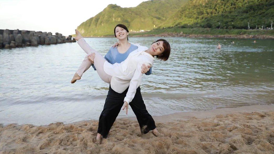 廖苡喬(左)、李珞晴海邊拍戲,玩興一起大玩公主抱。圖/民視提供