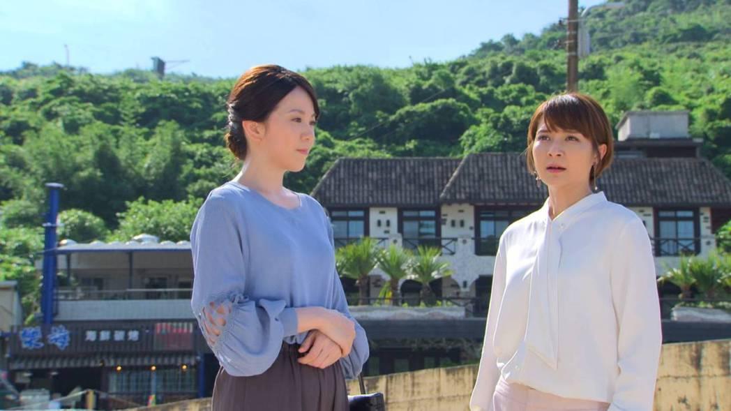 廖苡喬(左)拍攝「多情城市」,從李珞晴口中得知當年真相。圖/民視提供