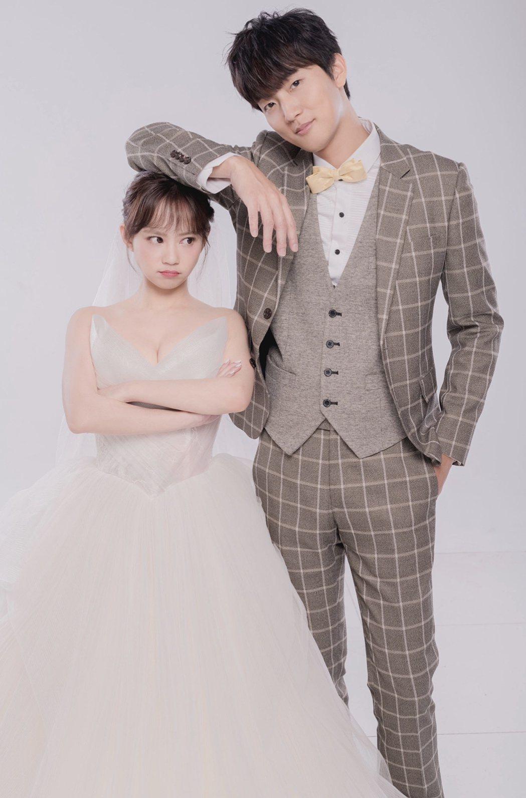許書豪(右)今與愛情長跑13年的未婚妻Amy完成結婚登記,並公佈婚紗閃照。圖/上...