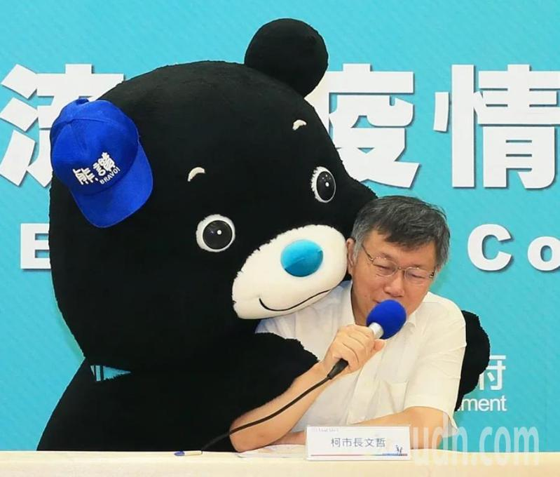 台北市長柯文哲今早針對北市8.9萬高中職學生,推出「一卡一付瘋振興,獨厚青春加碼金」加碼方案。記者許正宏/攝影