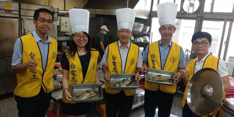 端午節前,台電台中區處贈送10大箱、240尾的石斑魚給中區的獨居老人,志工們還親自下廚烹飪,為老人們獻出愛心。圖/台電台中區處提供