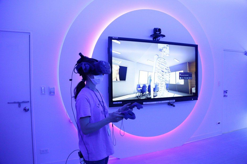 成大醫學院「人工智慧虛擬實境教室」啟用。照片/成大提供