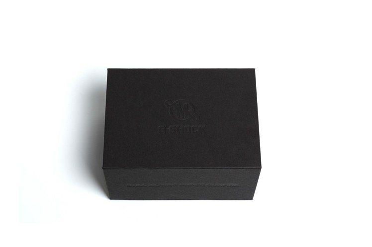 霧面黑外盒低調壓印上雙方Logo。圖/Casio提供
