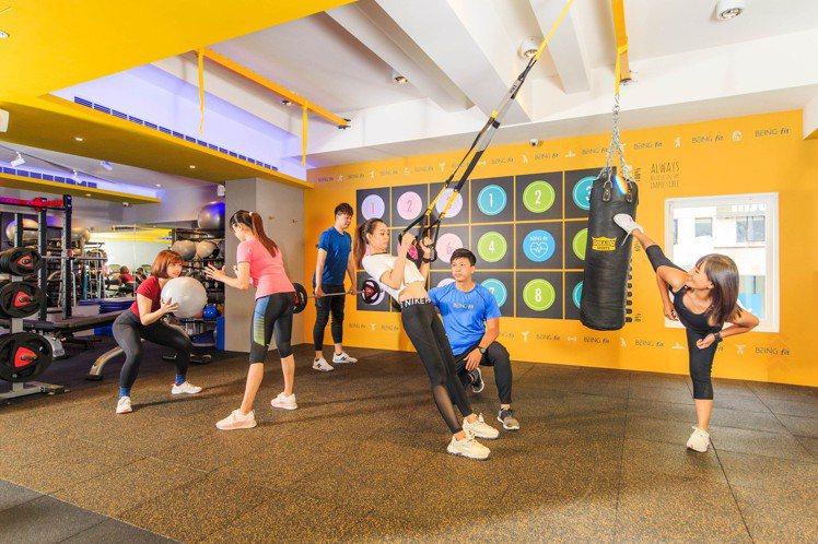 全台首家「Simple-Fit」概念店的二樓為BEING fit精緻運動空間。圖...