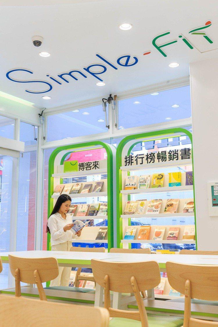 全台首家「Simple-Fit」概念店的7-ELEVEN門店設有博客來專區。圖/...