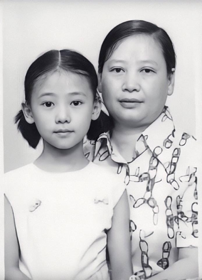 翁虹6歲時和媽媽和拍證件照。圖/摘自臉書