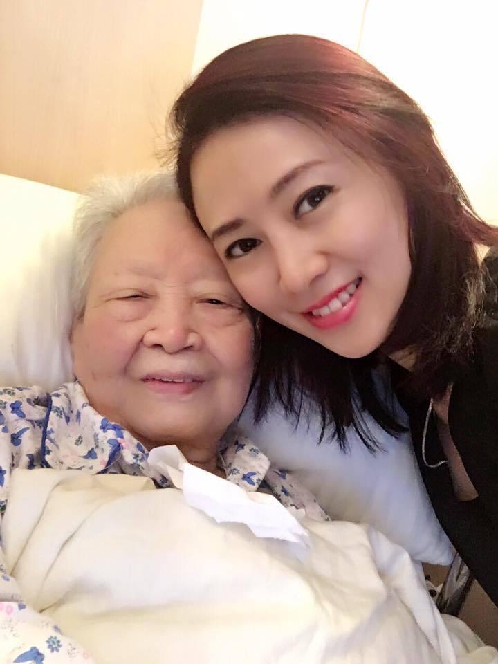 翁虹和媽媽。圖/摘自臉書