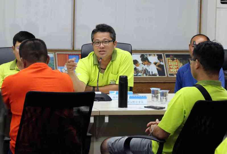 青農陳啟宗希望政府鼓勵年輕人返鄉務農,也要協助有穩定收入。記者林敬家/攝影