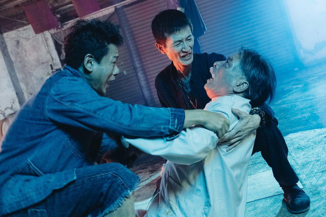資深演員陳博正(中)、雷洪(右)皆參與演出,與李康生(左)之間有精彩對手戲。圖/...