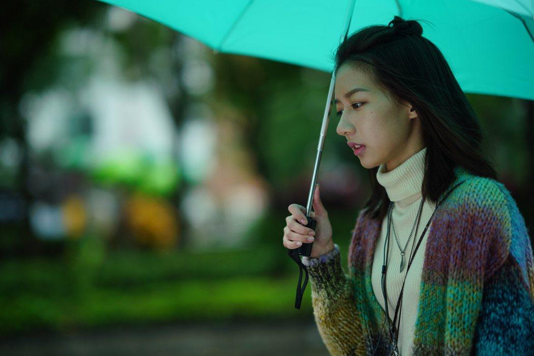 陳妤在片中是個熱愛作家肆一的散文及塔羅牌算命的女孩。圖/華映提供