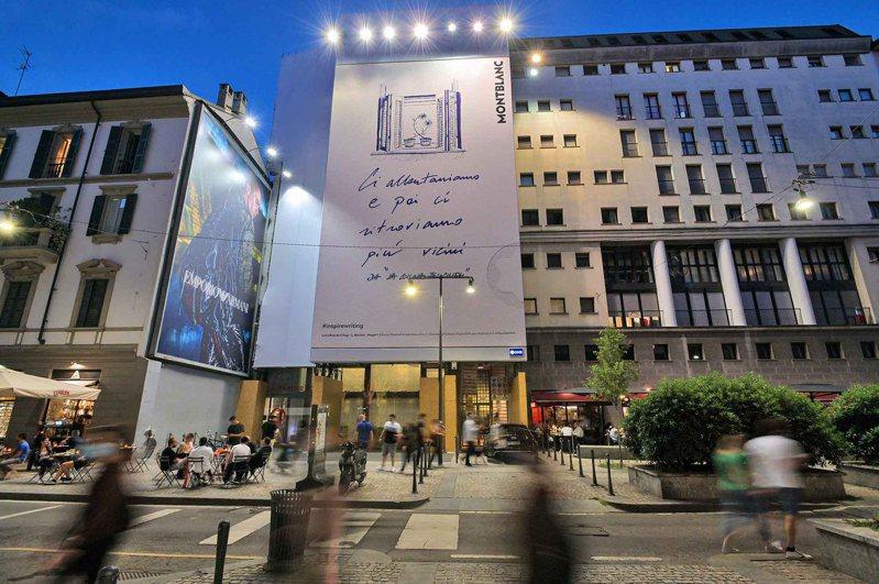 在疫情最嚴重的義大利米蘭,萬寶龍變在大型戶外看板上以文字代替圖像,象徵為城市注入復甦能量。圖 / Montblanc提供。