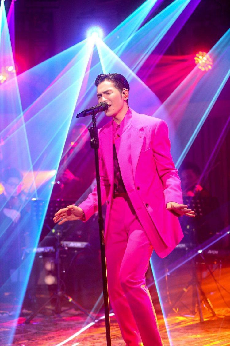 蕭敬騰在「歌手」節目選穿Alexander McQUEEN桃紅色西服。圖/喜鵲娛...