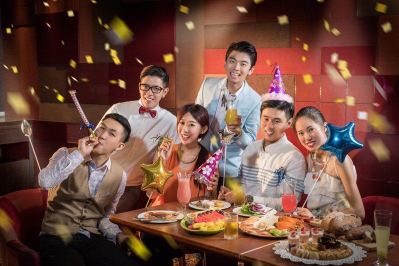 漢來海港餐廳超值謝師宴專案,平日每滿15人免費招待2人,滿30人免費招待4人。圖/漢來大飯店提供