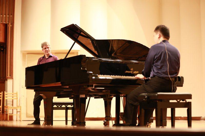 「聲聲不息」雙鋼琴說唱音樂會的范德騰與許哲誠受邀前往師大附中舉行示範演出。圖/聯合數位文創提供