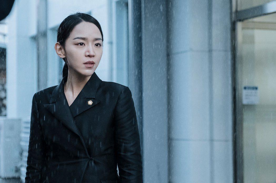 申惠善首挑大樑擔綱電影女主角飾演頂級辯護律師為母親翻供。圖/索尼影業提供