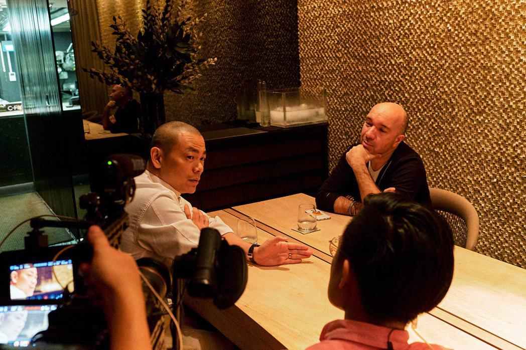 江振誠於新加坡與恩師一同受訪。圖/牽猴子提供