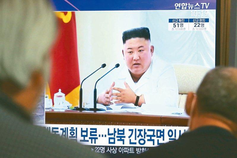 首爾車站的電視24日播出金正恩談話的新聞畫面。(美聯社)