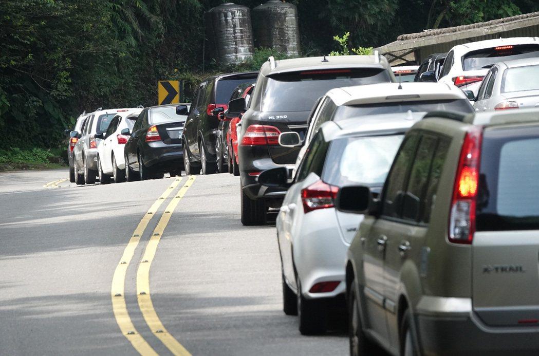國五往宜蘭的替代道路台106乙線往坪林山區上午也出現回堵狀況。記者潘俊宏/攝影
