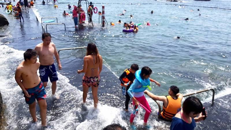 今天端午連假首日各地炎熱,海邊出現戲水人潮。記者牟玉珮/攝影