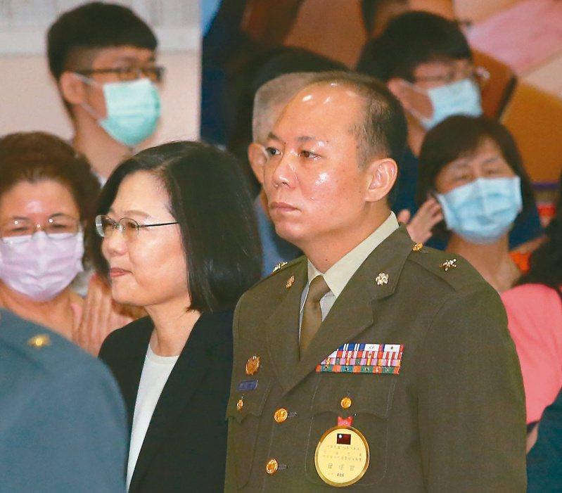 圖為蔡英文總統(左)出席將官晉任布達及授階典禮,涉私菸案被記大過的總統府警衛室主任陳敏華(右)晉任少將。記者林澔一/攝影