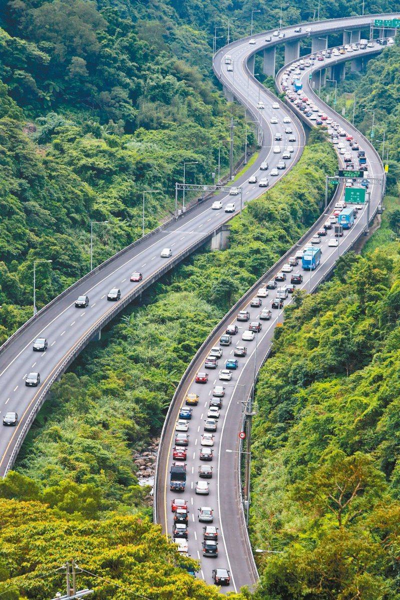 端午節連假車潮提早湧現,國五南下往宜蘭(右)昨天下午開始塞滿車潮。記者胡經周/攝影