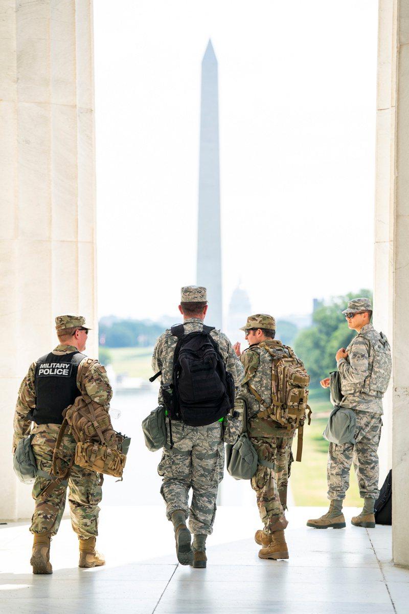 川普政府再動用400名國民兵,保護華府「脆弱」目標不受示威攻擊。圖為6月4日國民兵在林肯紀念碑附近護衛。 路透社