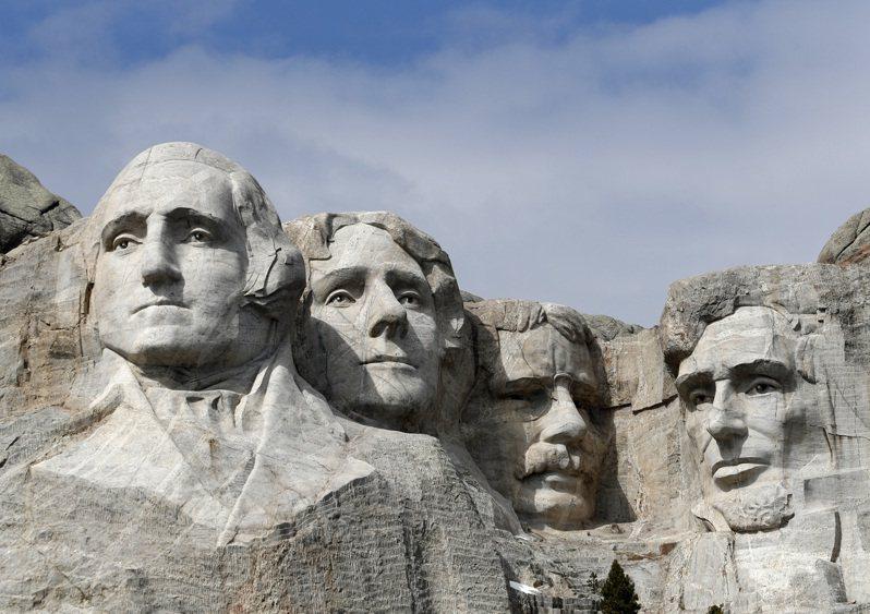 有抗議種族主義的示威者主張要炸掉南達科他州拉什摩爾山的四總統石像,但州長克莉絲蒂.諾姆24日推文表示,「在我任內不可能」。 美聯社