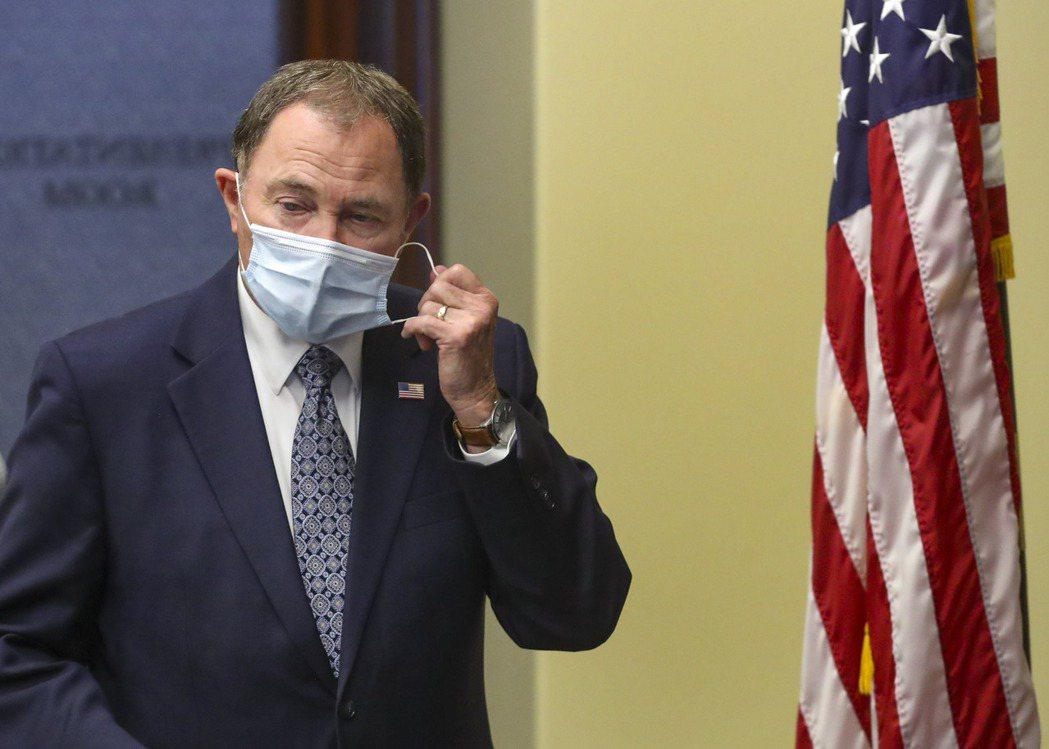 圖為美國猶他州州長蓋里‧赫伯特(Gary Herbert)在每日例行疫情簡報演說...